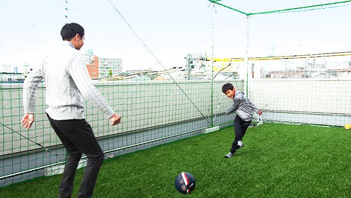 サッカーの練習やなわとびができる広いスペース。夕方まで思いっきり外で遊べます。