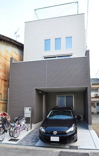 出入りしやすく駐車場を広く使える引き戸
